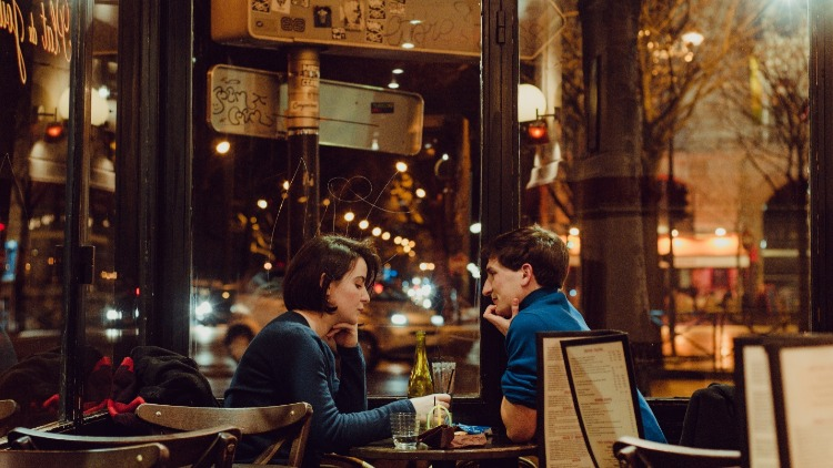 First date in a bar? Follow these tips to make it awesome!