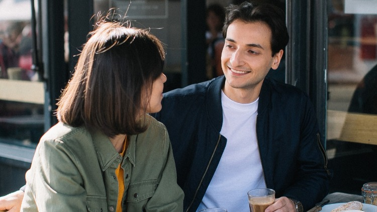 What to Say to a Girl You Just Met – The Complete Guide